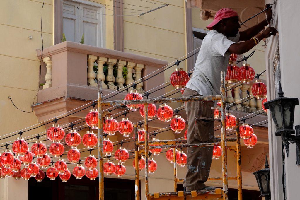 Installation von roten Lampions in Chinatown, Havanna.