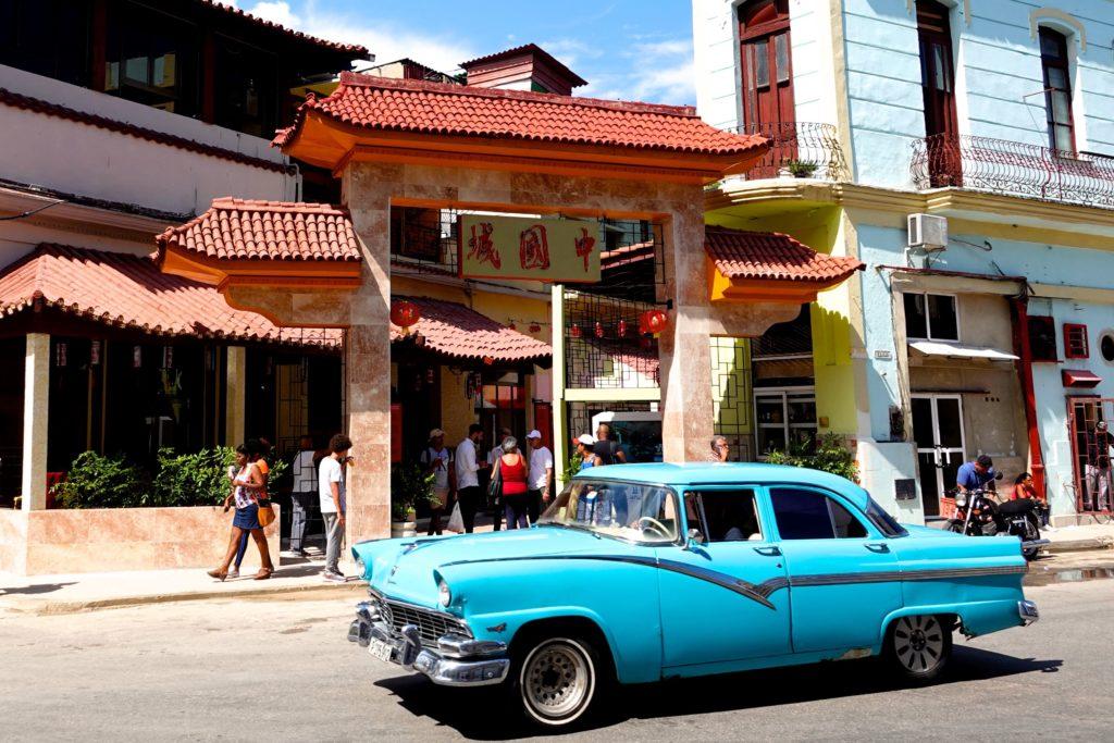 Tor zur Calle Cuchillo in Chinatown, Havanna, wo sich einige Restaurants befinden.