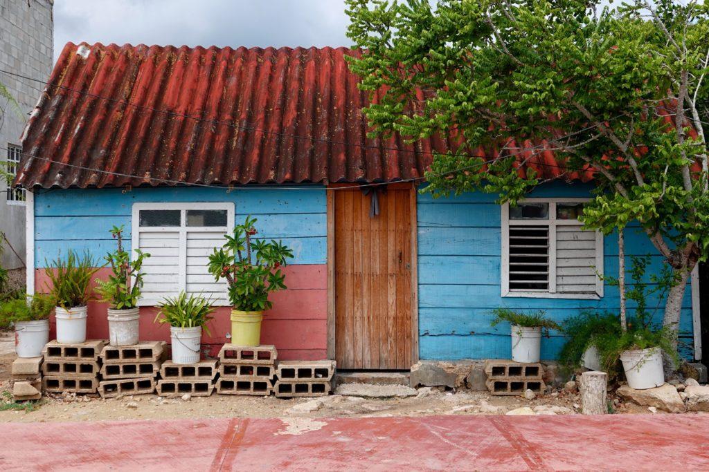 Buntes Haus im mexikanischen Fischerort San Felipe.