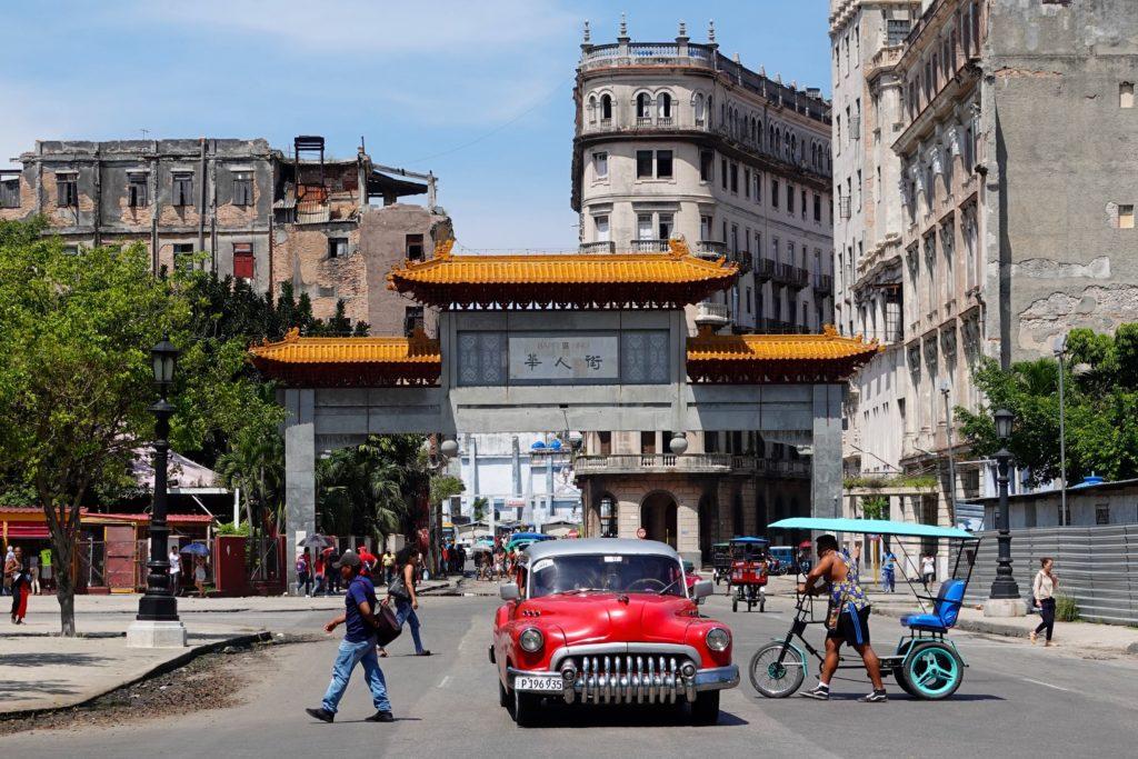 Calle de los Dragones und Tor zum Chinesenviertel von Havanna.