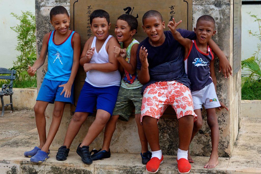 Kinder im Parque Shanghai von Havannas Chinatown.