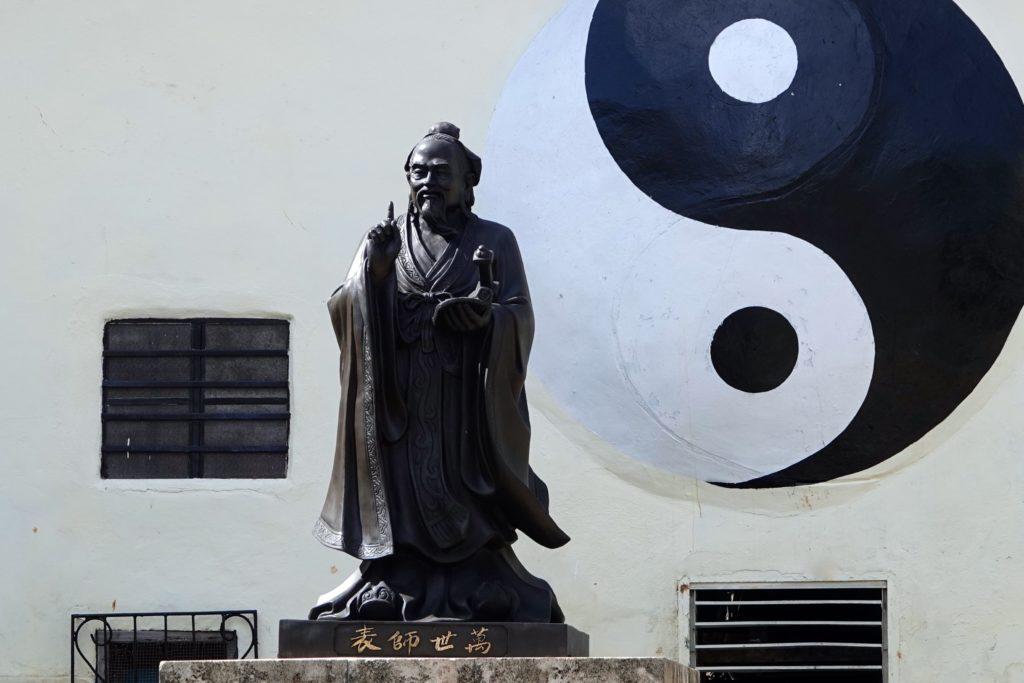 Konfuzius-Statue im Parque Shanghai in Havannas Chinatown.
