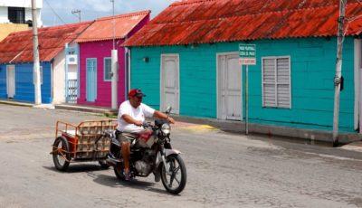 Bunte Häuser in den Straßen von San Felipe, Yucatán.