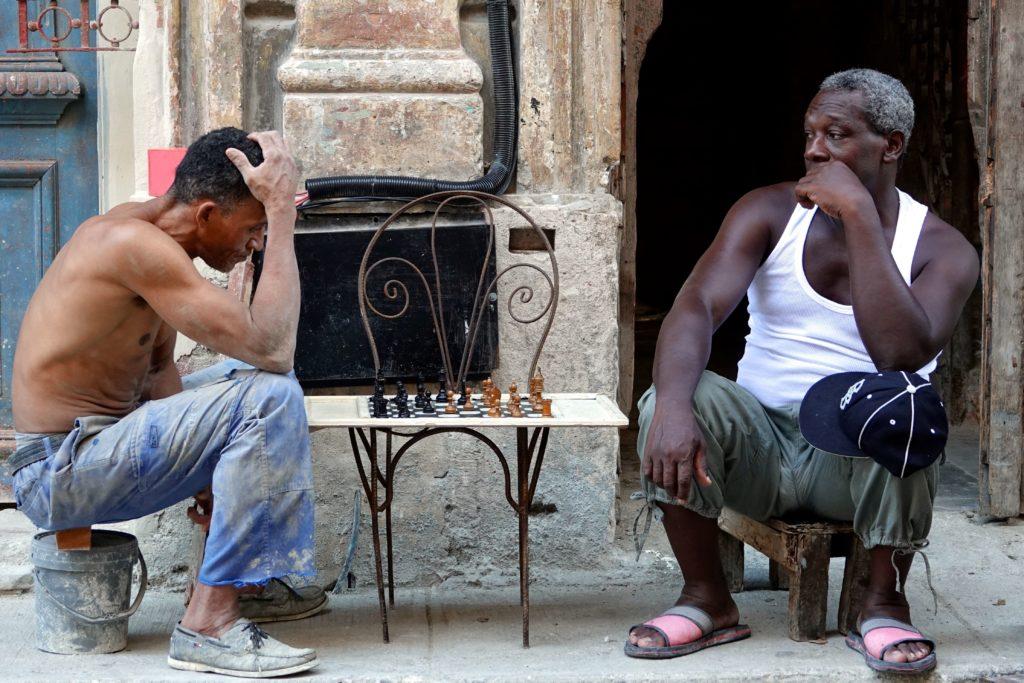 Männer beim Schachspiel in den Straßen von Havanna, hier in Centro Habana.