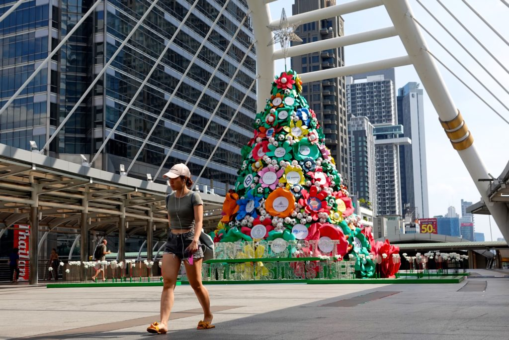 A Sathorn District Charity Christmas Tree, Weihnachtsbaum auf der Chong Nonsi Bridge, Bangkok.