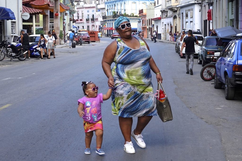 Klein und groß unterwegs in Havannas Chinatown.