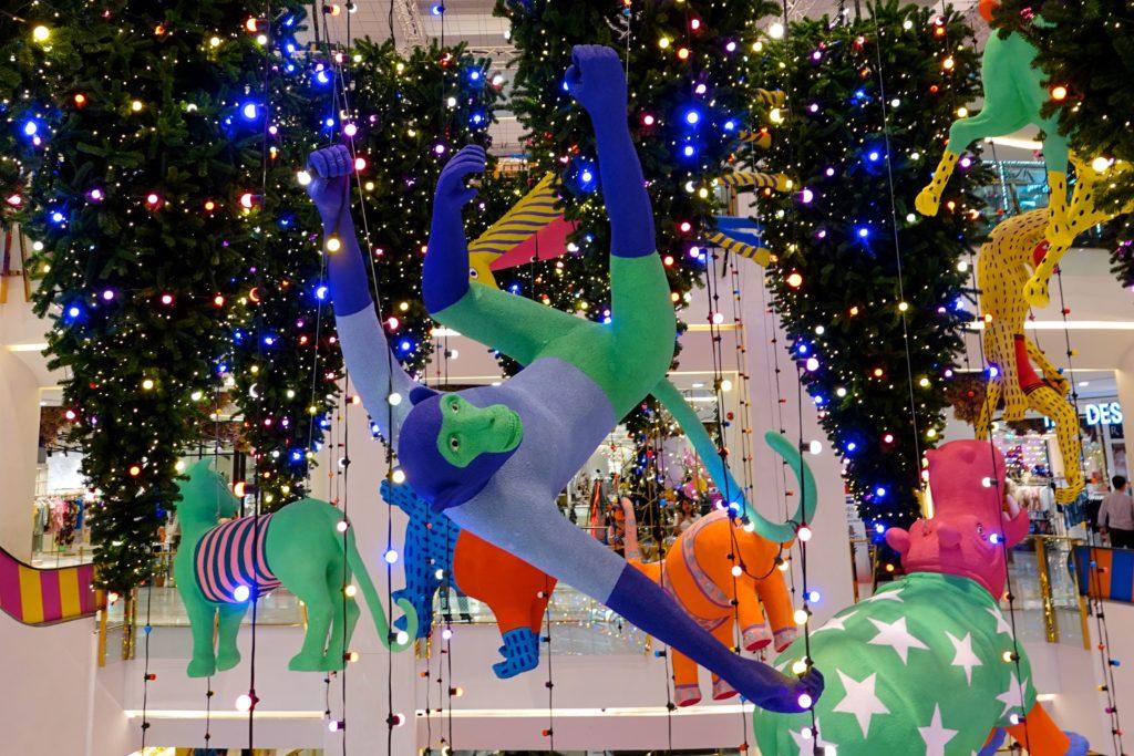 Exotische Tiere im thailändischen zwischen thailändischen Weihnachtsbäumen, hier in der Shopping Mall Emporium in Bangkok.
