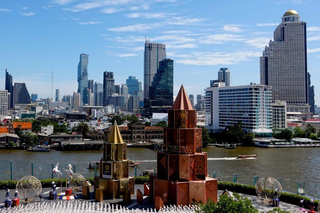 Weihnachtliche Deko vor der Shopping Mall Iconsiam und Blick auf die Skyline von Bangkok.