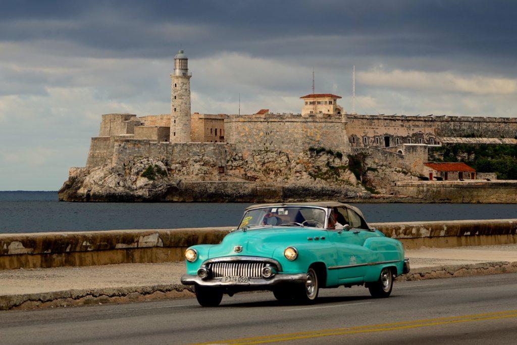 Typisch Havanna: Oldtimer am Malecón.
