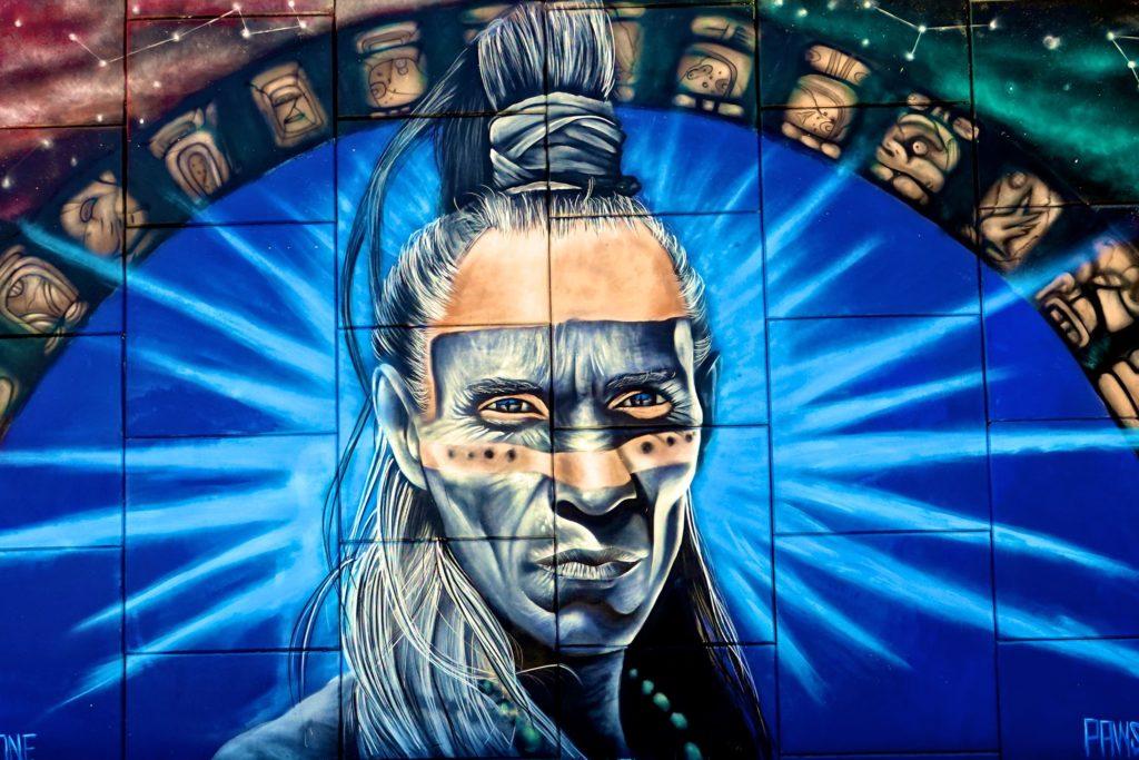 Mural im mexikanischen Akumal: Maya-Krieger der Künstler Pawsksi und Seca One.
