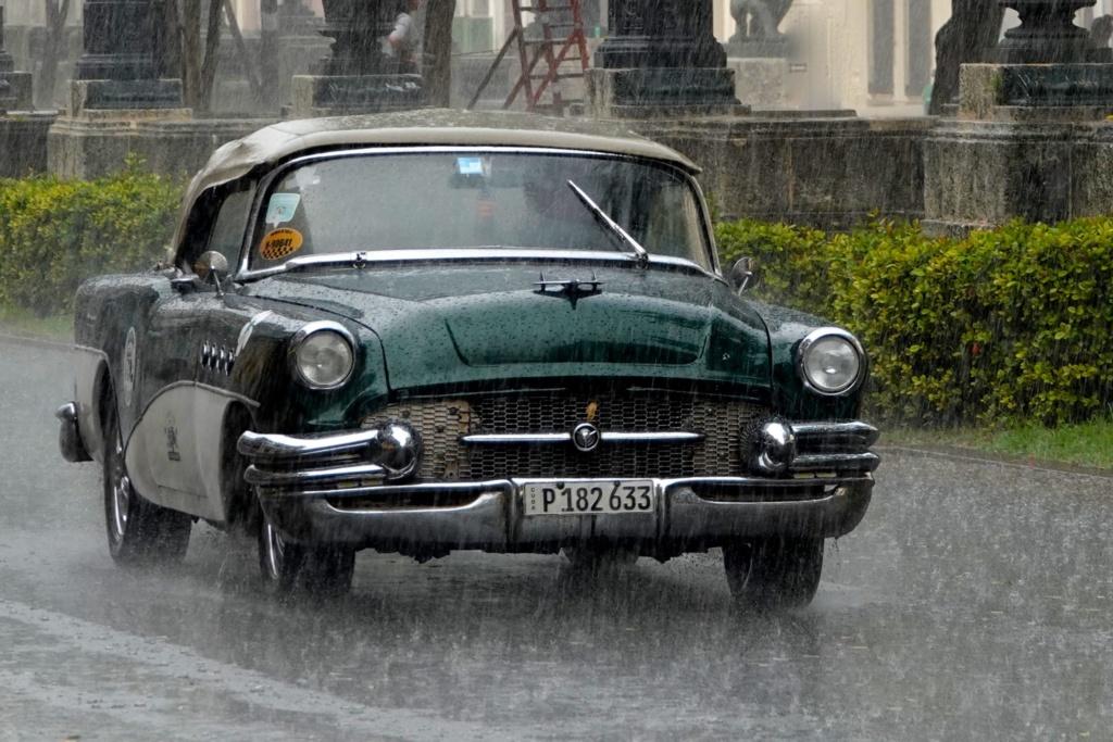 Oldtimer im Regen auf dem Paseo del Prado in Havanna.