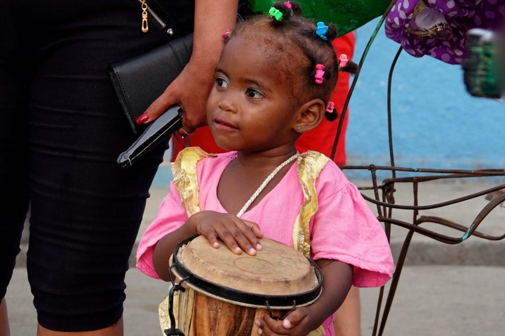 Kleine Trommlerin beim Karneval von Santiago de Cuba.