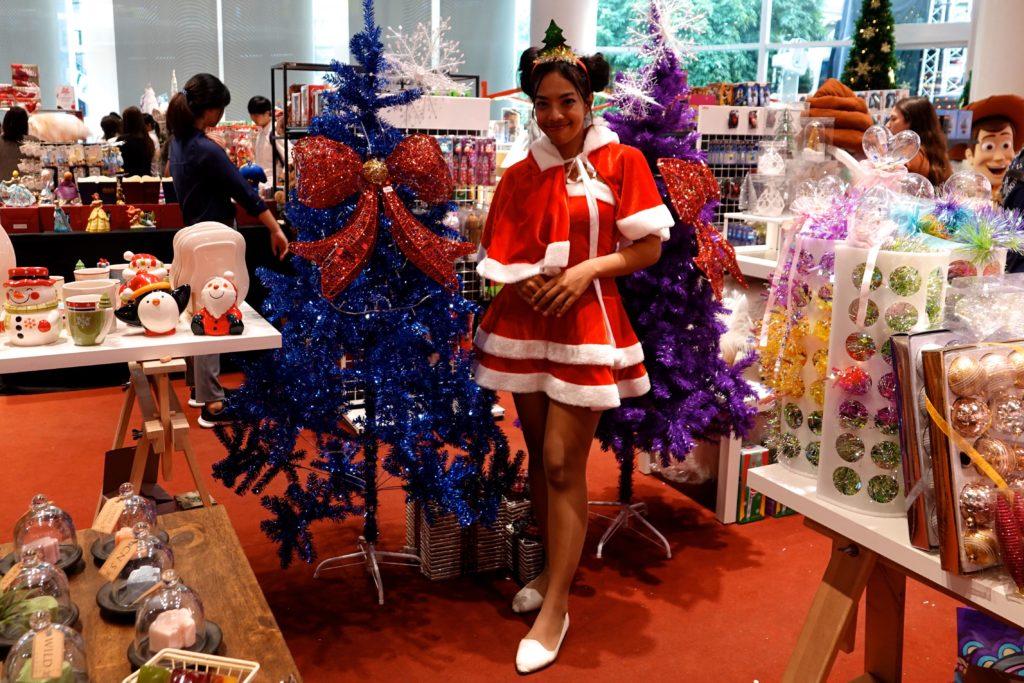 """Trendig. Die """"Weihnachtsfrau"""" in Bangkoks EmQuartier."""