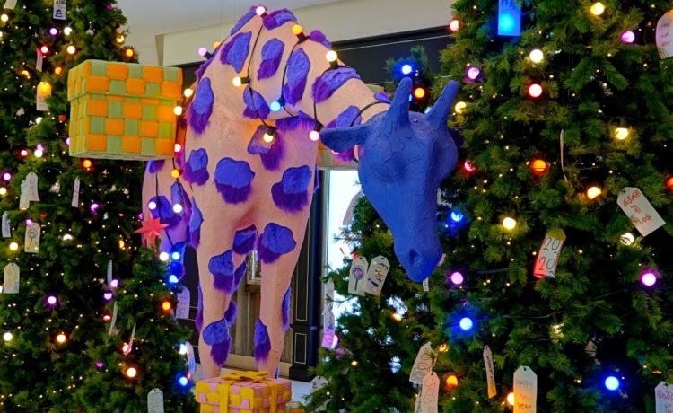 """""""Weihnachtsgiraffe"""" im Einkaufszentrum Emporium, Bangkok."""