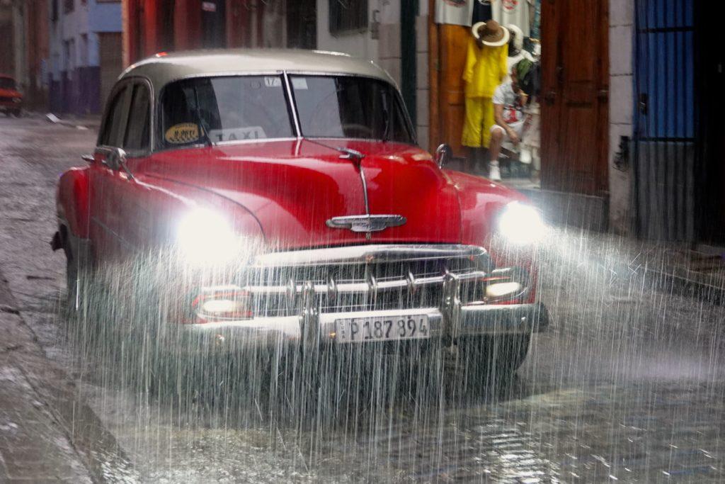 Oldtimer im Regen in La Habana Vieja, der Altstadt von Havanna.