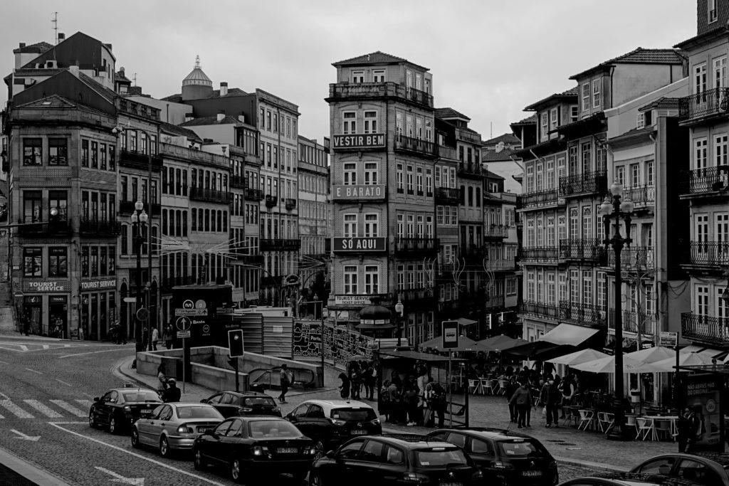 Porto in Schwarz-Weiß, hier Häuser gegenüber vom Bahnhof, der Estação de São Bento.