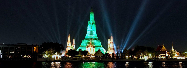 St. Patrick's Day in Bangkok: Grün strahlt der Wat Arun